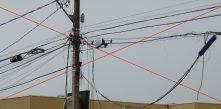foto de cabos telefones enrolados na rede de distribuição da Cocel