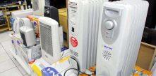 foto de vários aquecedores em exposição na vitrine de loja