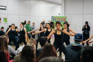 Foto de várias crianças e um professor fazendo aula de dança moderna no Projeto Tetear