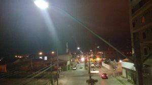 Foto do alto da Av. Ver. Arlindo Chemin, destacando a iluminação pública da Cocel