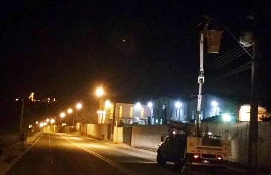Foto da rua Pedro Skrzypietz, bairro Campo do Meio, em Campo Largo, dando destaque à iluminação pública da Cocel