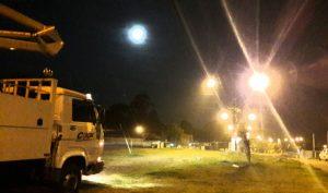 foto da avenida canadá, loteamento gorski, com destaque para a iluminação pública e o caminhão da cocel