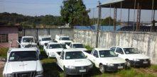 foto de vários veículos da Cocel que serão leiloados no pátio do almoxarifado