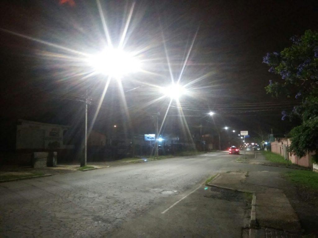 Foto da Avenida Expedicionários, em Campo Largo, destacando a nova iluminação pública feita pela COCEL