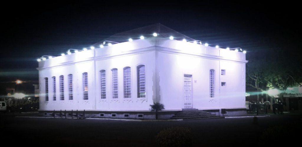 Museu Histórico de Campo Largo com a iluminação azul feita pela Cocel para o Novembro Azul