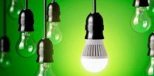 imagem de várias lâmpadas penduradas com fundo verde