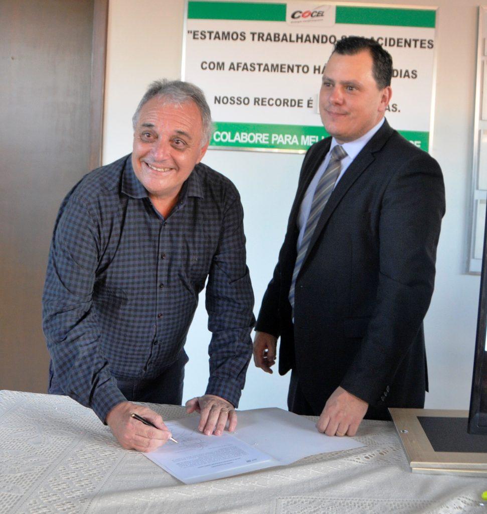 O prefeito de Campo Largo Marcelo Puppi e o presidente da Cocel assinando documento para iniciar o maior projeto de iluminação pública de campo largo com lâmpadas de led