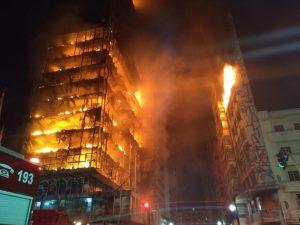 foto de prédio pegando fogo em são paulo