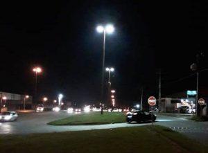 detalhe das luminárias de iluminação pública da avenida ayrton senna da silva em campo largo