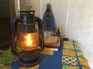 lampião e imagem de nossa senhora aparecida de casa de família em bateias campo largo pr
