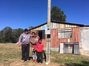 Família em frente de casa em bateias ao lado do poste da cocel campo largo