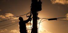 imagem de eletricista da COCEL trabalhando no poste